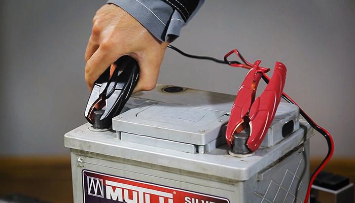 Решение технических проблем: разъяснения, какую клемму снимают с аккумулятора первой
